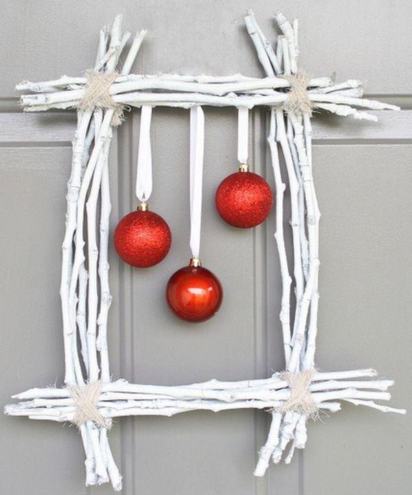 Ghirlanda natalizia fai da te di forma rettangolare creata con rametti