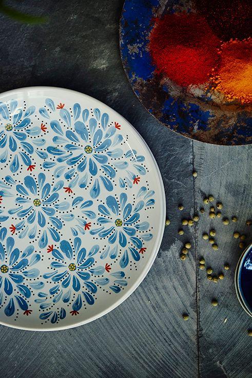 Τα πιάτα FINSTILT με τα ιδιαίτερα μοτίβα τους, χαρακτηριστικά της ιστορικής σουηδικής επαρχίας Dalecarlia, θα αφήσουν ιστορία στο τραπέζι μας.