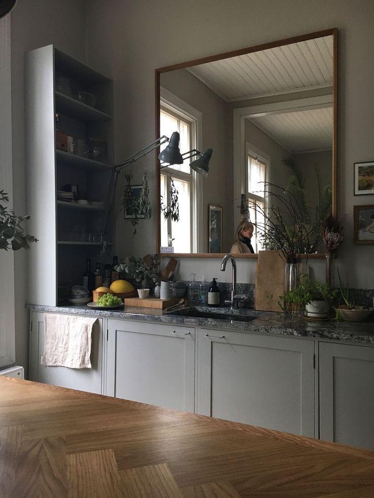 Ein Spiegel über der Arbeitsplatte der Küche Gloria – Blogit