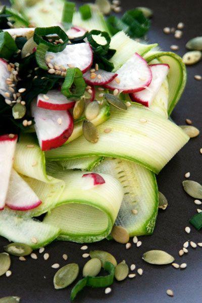 Un'insalata cruda e fresca per fronteggiare il caldo di luglio, con zucchine, ravanelli, alghe wakame e succo di radice di zenzero.