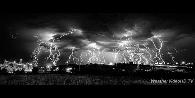 The Reckoning' - © Tom Warner/WeatherVideoHD.TV    He created the 5.7-minute composite exposure from 18 individual 20-second exposures