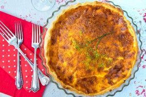 Västerbottenpaj med bacon och lök passar utmärkt till kräftskivan med sina goda smak. Här finns ett enkelt recept.