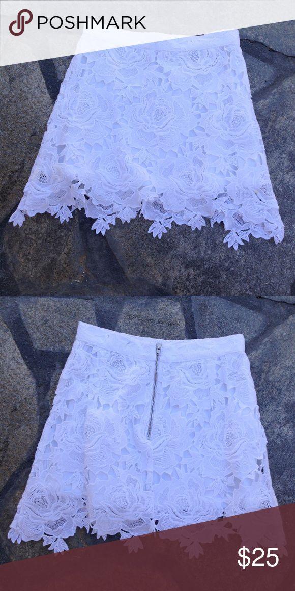 White lace TopShop Petite skirt size 0 White lace TopShop Petite skirt size 0. Zip up back. True to size, EUC. Make an offer! Topshop PETITE Skirts Mini