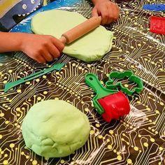Här kommer två recept på något som inte är ätbart men som underhåller de minsta kockarna i hushållet. Nämligen play-doh och trolldeg. Play-doh kan du återanvända och leka med så länge den håller. Med trolldegen kan du skapa figurer och sedan torka dem i ugnen, figurerna kommer hålla en livstid. Ett fint minne att spara. Gör en färgglad deg och låt fantasin flöda Recept på trolldeg: 1,5 dl ljummet vatten 3 dl mjöl 1 dl salt 1,5 msk olja Eventuellt några droppar hushållsfärg Gör såhär: Blanda…