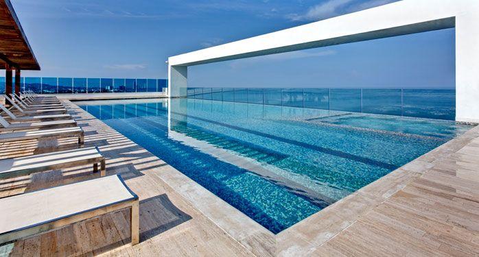 Piscina Infinito. Inspírate con el Caribe observando el ancho mar mientras te relajas en la piscina de borde infinito o en el jacuzzi del último piso del Hotel Las Américas Torre del Mar. Solo para mayores de 18 años. #ElHoteldeLasEstrellas