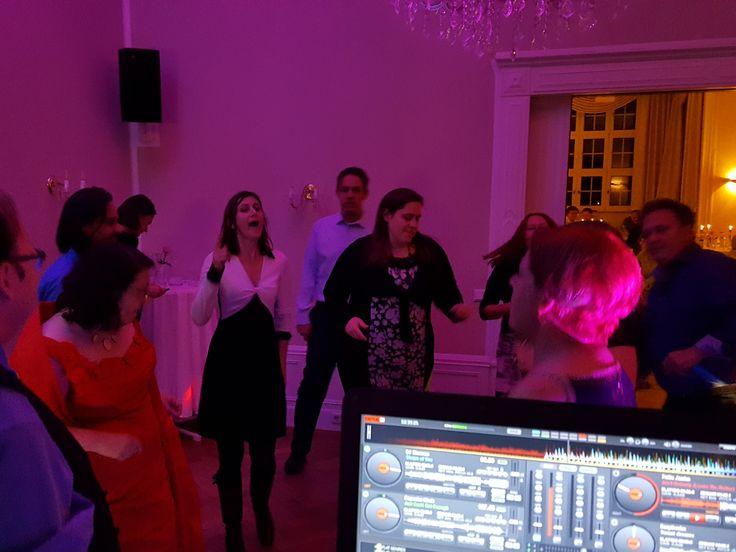 Als DJ zur Hochzeit, gestaltete Discjockey Thorsten vor 10 Jahren musikalisch die Hochzeitsfeier. Nun war es soweit, nach 10 Jahren, diese Partystimmung von damals noch einmal zu wiederholen. Zum 10 jährigen lud das Hochzeitspaar zur Revival Party ein. Event & Hochzeits DJ Thorsten legte wieder zur Mottoparty die Musik Hits der 80er, 90er bis zu den aktuellen Charts auf und begeisterte die Gäste mit derTanzmusik.  #HochzeitsDJ #EventDJ #DJBerlin #Mottoparty #PartyDJ #ClubDJ