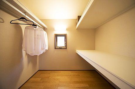 主寝室とつながる広くて使いやすいウオークインクローゼット。