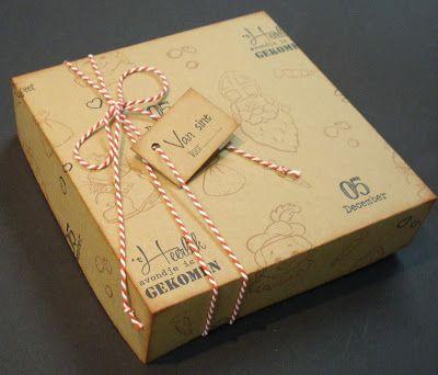 Doos, als verpakking voor Sinterklaas-kadootjes. Het dessin op het kraft karton is gestempeld met een stempel van Sinterklaas en zwarte Piet.