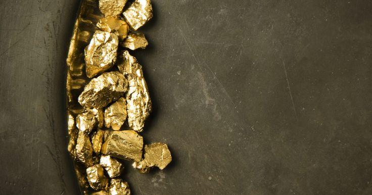 Cómo realizar una prueba para saber si un metal es oro o no. La fiebre del oro puede haber terminado oficialmente en 1800, pero todavía hay mucho de ese metal precioso y brillante qué buscar y está rodeado por ríos y arroyos de montaña. Una persona que se vaya a dedicar seriamente a buscar oro, o incluso aquellos dispuestos a probar la pureza del oro que ya poseen, necesitan saber de algunas pruebas simples ...