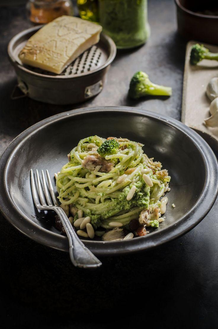 spaghetti al pesto di broccoli sarde e uvetta