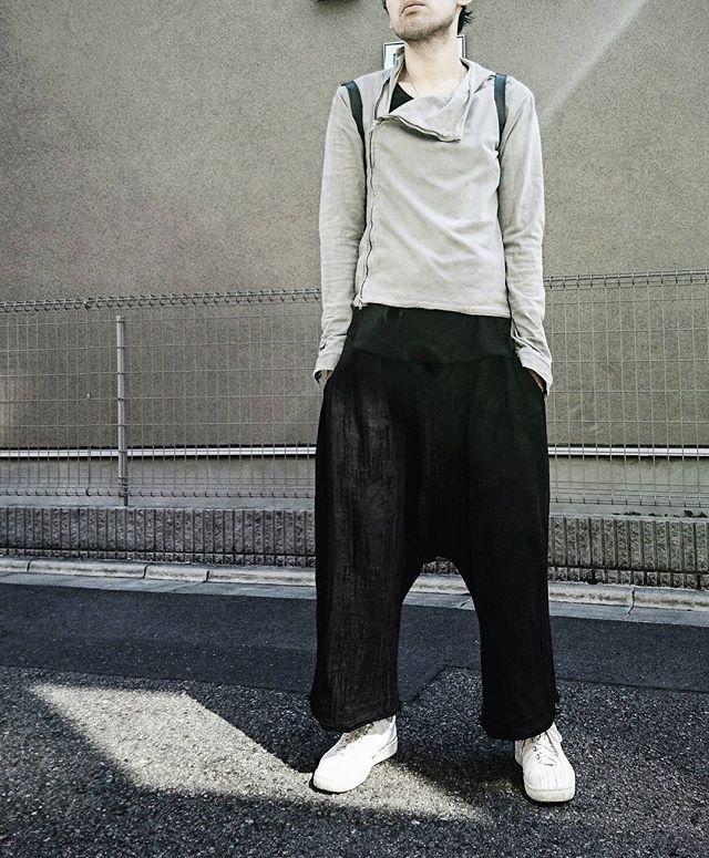 たとえ他人から失笑を買い、流行りから外れ、階段が登りづらかろうともサルエルを履く。断固として履く。泣きながら履く。  #fashion #style #dropcrotch #outfit #ootd #ootdmen #lentrian #aleksandrmanamis #kswiss #ファッション #メンズファッション #コーディネート #サルエルパンツ  #分量感が好き #すごい楽 #あと夏は股間が涼しい #股間が涼しいです #大事なことなので二回言いました #股間が涼し気な男はモテるってお婆ちゃんが言ってたatsushimojyo