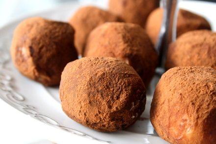 Det här behöver du till ca 20 tryfflar: 200 gram vit choklad 1 /2 dl grädde 25 gram smör 1/2 citron ( finrivet skal) 2 msk pressad saft av citron Kakao att rulla tryfflarna i Gör så här : Koka upp grädden i en kastrull. Dra bort från plattan och … Läs mer
