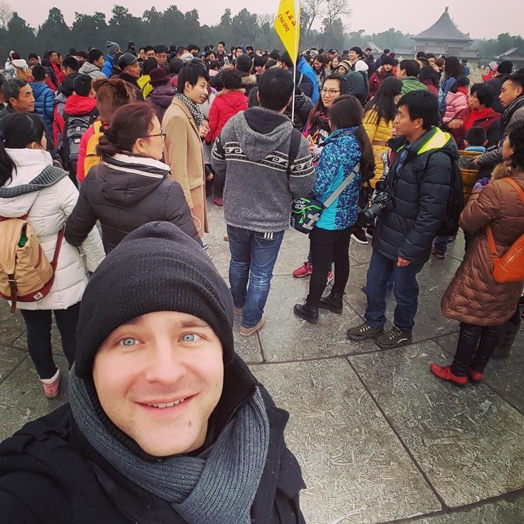 People cramming to stand in the middle of the Circular Mound Altar at the #templeofheaven during #chinesenewyears for good luck. #yearoftherooster #instabeijing #beijing #china #newyear #rooster #throwback