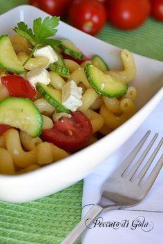 Pasta feta e zucchine è un primo piatto molto semplice e gustoso, economico e genuino. La ricetta è davvero facilissima e va bene sia fredda che calda.