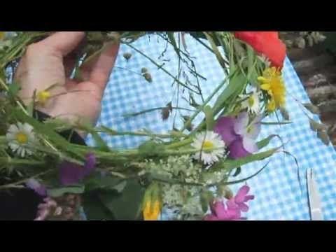Bloemenkrans maken met Sint Jan. #antroposophy #waldorfeducation #vrijeschool