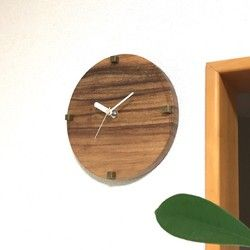 なんだか夏を連れてきてくれそうな貝殻と古材の掛け時計を作りました。リラックスが最大のテーマ。心地よいゆるさとビーチを感じさせる掛け時計です。シンプルで個性的な味わいの今、人気のナチュラル.ビィンテージ風掛け時計です。カフェやショップはもちろん、自宅のインテリアとしてお使い下さい。個性的でこのちょっとしたシャビー感が毎日の暮らしにおしゃれなアクセントをプラスしてくれます。西海岸の風と空気を、家の中で実現してみて下さい。素朴な質感の掛け時計を飾り、シンプル&スローライフを楽しんで下さい。セイコークロック株式会社製クオーツ電子時計を使用しています。古材を使用しておりますので隙間、カケ等がございます。ひとつずつ手作りをしていますので若干の色合いなど異なりますのでご容赦下さいませ。時計の針は大変柔らかいので曲がりやすくなっています。万が一、曲がってしまった場合は、指で軽く調整をして下さい。■付属品 単三電池1本 ビス1個サイズ/約縦265mm  横305mm ※発送用のダンボール箱は商品のぐらつき防止  のため加工して発送いたします。       806BASE販売品、販...