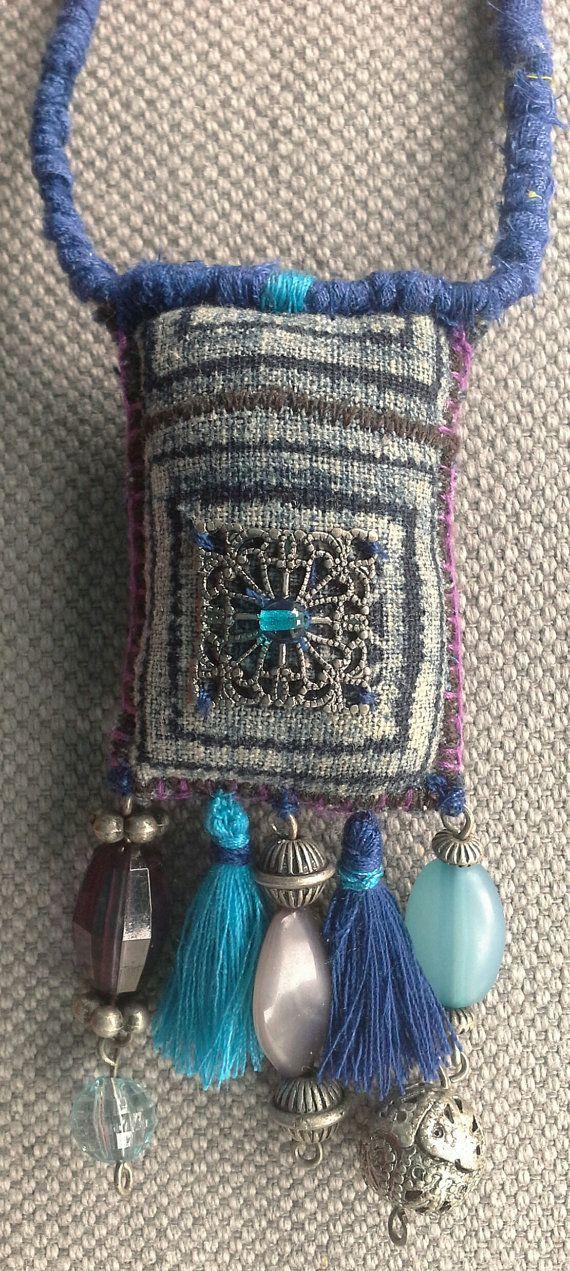 Collier/Pendentif textile. Bijou bohème en camaïeu de par VeronikB