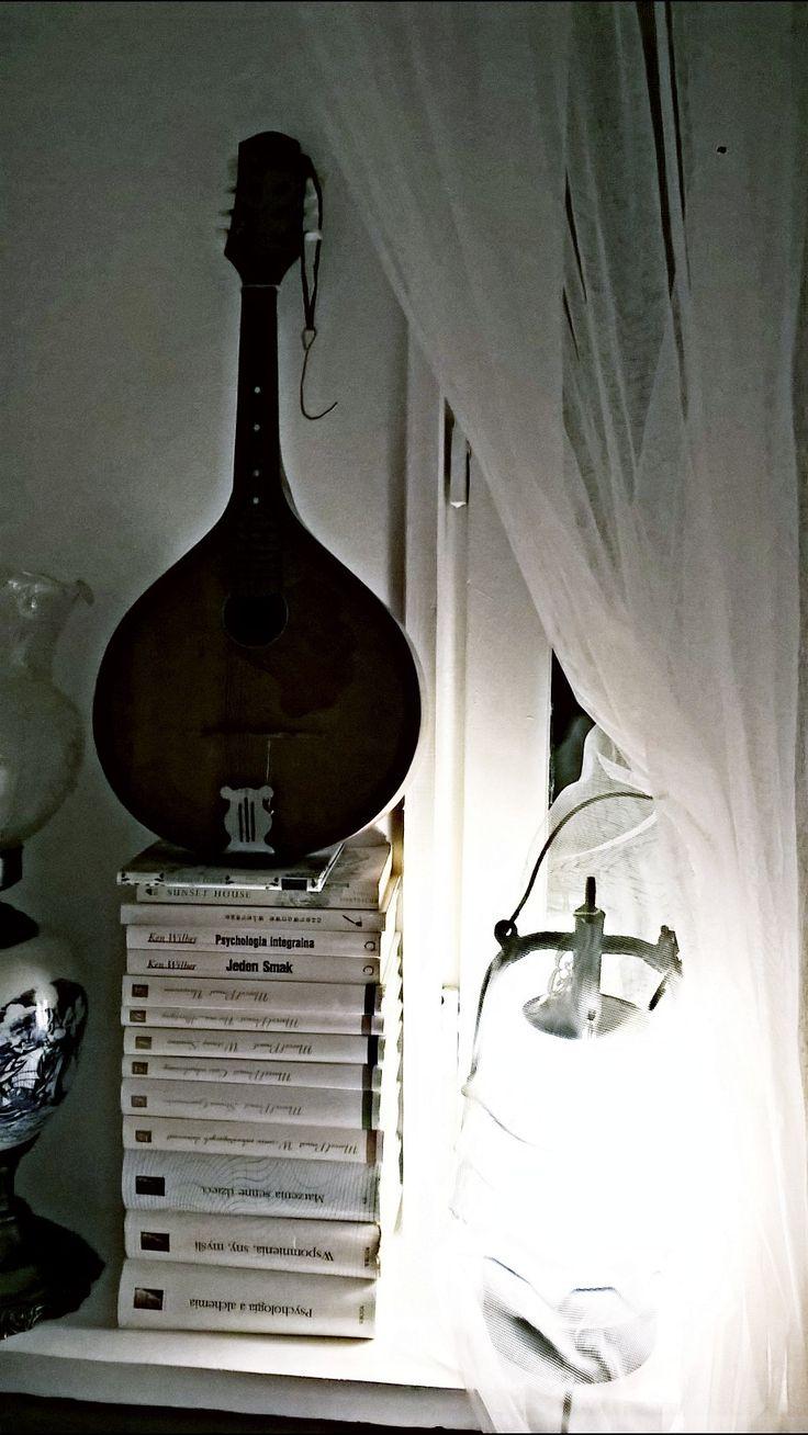 Mandolina jako element dekoracyjny w białym romantycznym wnętrzu. A grandfather's mandolin guitar as a decoration of a white romantic interior. Design by Urszula Koronczewska.