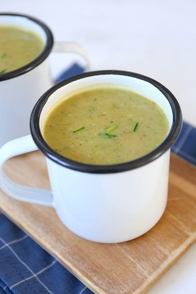Deze kruidige courgettesoep is in 20 tot 25 minuten klaar. Serveer een lekker stokbroodje bij de soep en eventueel nog wat smeersels en klaar is je heerlijke avondmaal! Recept voor 2 personen Tijd: 2