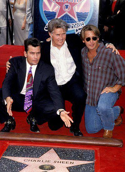 """1993: Charlie Sheen erhält den begehrten Stern auf dem """"Hollywood Walk of Fame"""" - an seiner Seite Vater Martin Sheen Bruder Emilio Estevez"""