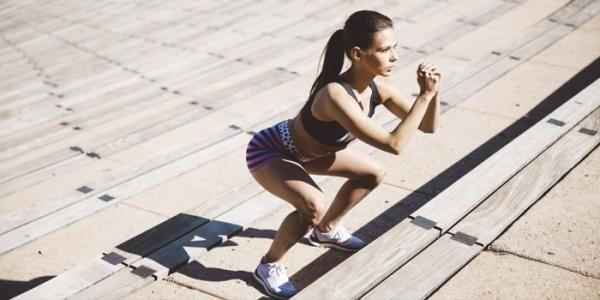 Como fazer treino de escada. Não tem tempo ou orçamento para ir na academia, mas ainda assim quer se manter em forma? Então as escadas podem ser as suas melhores aliadas para conseguir queimar calorias e endurecer o bumbum e as p...