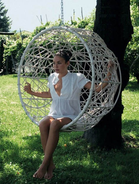 www.woonblog.be: Gardens Swings, Swings Chairs, Gardens Furniture, Hanging Chairs, Gardens Chairs, Outdoor Gardens, Metals Chairs, Retro Style, Hanging Gardens