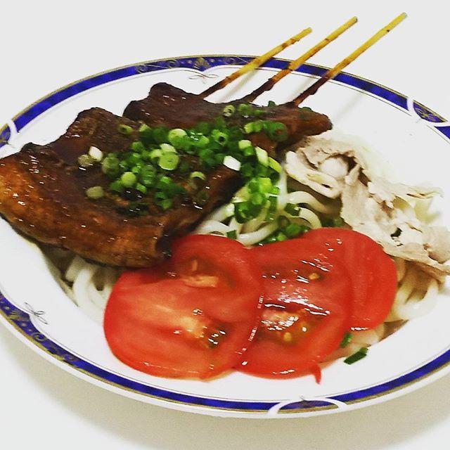 今日のサラダうどん。うなぎはいただきもの。  #サラダうどん#うどん#流水麺#流水うどん#豚肉#肉#トマト#小ネギ#ねぎ#ゆず#おいがつお#みつかん#めんつゆ#麺つゆ#夕飯#時短料理#時短レシピ#簡単レシピ#うなぎ#鰻#自炊#自炊生活