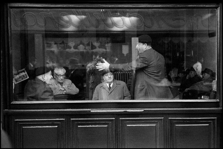 Constantine Manos. SPAIN. Seville. 1955. A menÕs club.