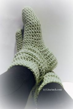 Free Crochet Pattern to make these gorgeous Fashionable Crochet Slipper Boots ༺✿ƬⱤღ https://www.pinterest.com/teretegui/✿༻