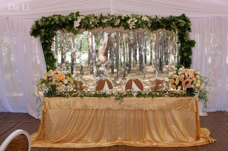 Оформление свадьбы в лесу - свадебная церемония на фоне сосен, кремовая свадьба, крылья для выездной церемонии
