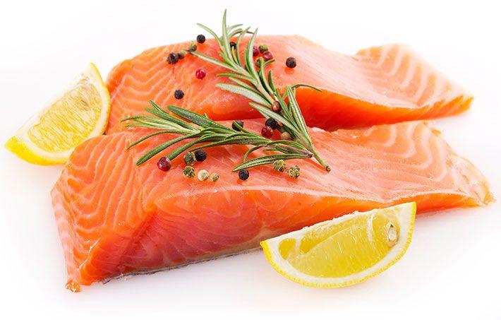 El salmón es un alimento versátil para cocinar. Sin embargo, existen ocasiones que no sabemos cómo prepararlo. Descubre la manera más sencilla de hacerlo.