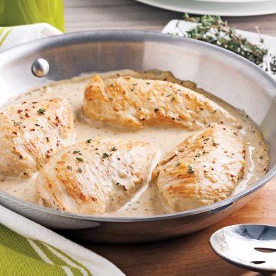 Vin blanc, crème, moutarde et sirop d'érable se donnent la réplique pour offrir un poulet des plusappétissants!