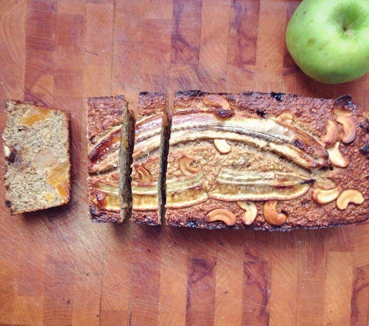 EIWITRIJK BANANENBROOD RECEPT!   Bananenbrood is een van de beste uitvindingen ooit! Maar wil je toch wat extra eiwitten binnenkrijgen, dan heb ik hier het recept voor een eiwitrijk bananenbrood voor je. Wat staat er op je boodschappenlijstje? 3 rijpe bananen, 3 eieren, 2 scheppen vanille eiwit poeder, 150 gram havermout en 150 gram dadels. Optioneel kun je nog kaneel, superfoods of noten zoals walnoten of pecannoten toevoegen. Kijk hier voor het hele recept: www.fitnessmeiden.nl