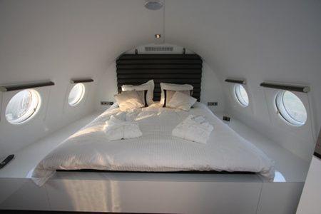 Slapen in een vliegtuig klinkt niet echt comfortabel. Uren met opgetrokken benen en je hoofd tegen het raampje? Nee, bedankt. Maar het kan ook anders. In Teuge, tussen Apeldoorn, Zutphen en Deventer kun je overnachten in een heuse vliegtuigsuite.