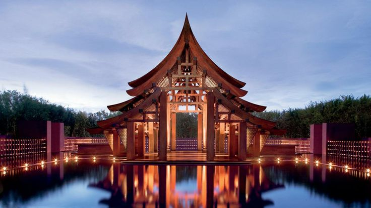 Phulay Bay, a Ritz-Carlton Reserve en จังหวัดกระบี่ Las paredes color púrpura del resort le dan un encantadora ambientación.