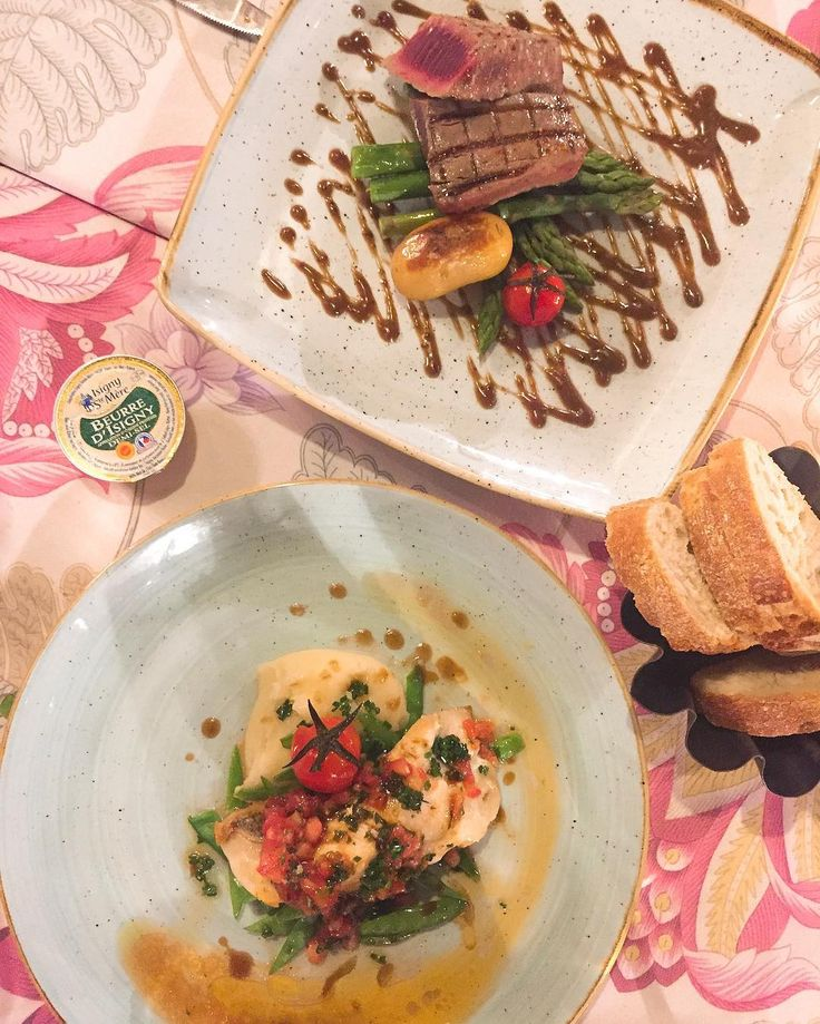 Atún rojo de Barbate al grill con vinagreta de mostaza; y Pargo tirabeques puré de patatas y tomate provenzal #gastronomia #food