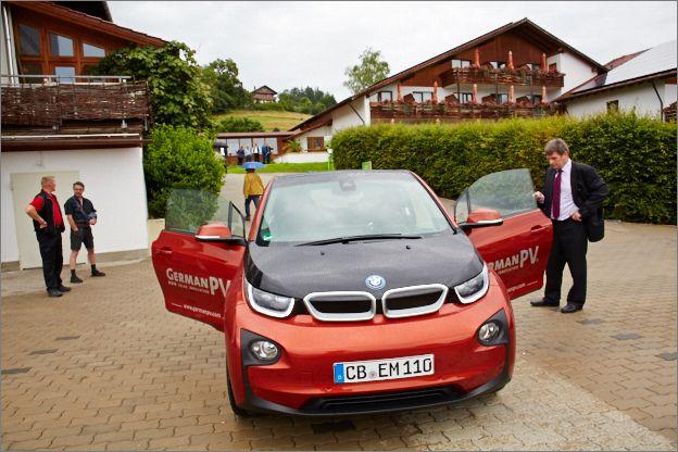 """Biohotel @eggensberger im #Allgäu Mit dem Hotelkonzept """"Sonnenstrom fünf Sterne"""", will das Unternehmen GermanPV umweltfreundliche Mobilität im Hotelbereich fördern. #Solarenergie wird von der #Photovoltaikanlage über #Speichertechnologie direkt an der #Stromtankstelle des Hotels verfügbar. Hier ein# BMW i3."""