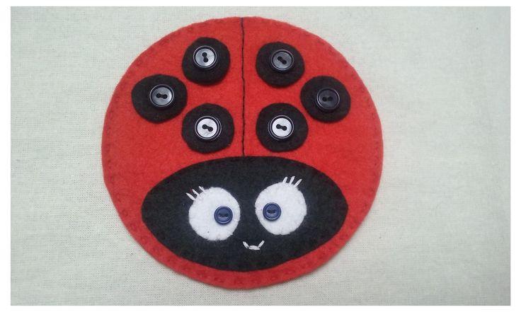 Beruška+-+učíme+se+zapínat+knoflíky+č.1+Ručně+šitá+beruška+z+plsti.+Jednotlivé+tečky+lze+odepnout+a+připnout.+Naučte+děti+zapínat+knoflíky+hravou+formou,+zapnout+košili+pak+nebude+žádný+problém.+Materiál+plsť,+knoflíky,+korálky.+Průměr+berušky+12+cm.+VÝROBEK+NENÍ+VHODNÝ+PRO+DĚTI+DO+TŘÍ+LET.+Na+přání+lze+ušít+i+jinou+barevnou+kombinaci,+více+teček,...+(cca...
