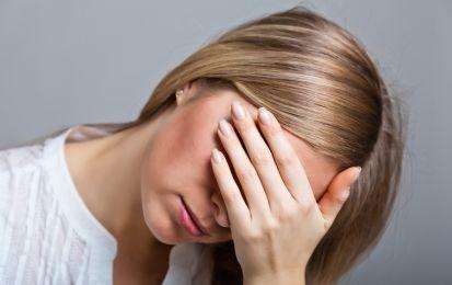 Ansia sociale: sintomi, cause e rimedi - L'ansia sociale si manifesta con sintomi quali imbarazzo e tremore. Le cause sono da rintracciare negli stili educativi. Per i rimedi, farmaci e psicoterapia.