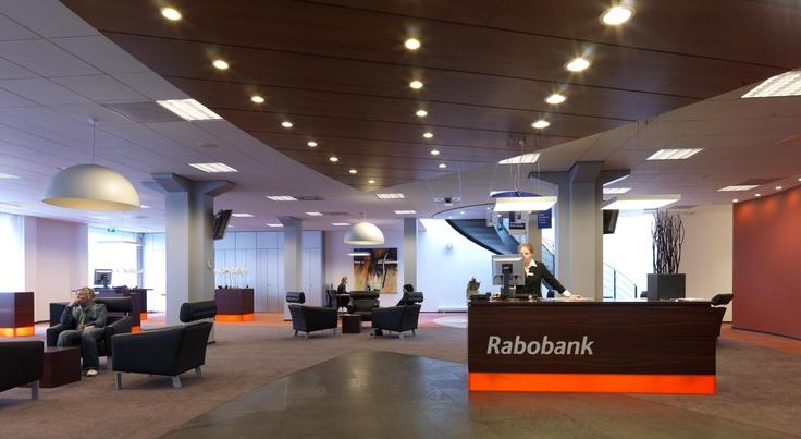 """De publieksruimten van de Rabobanken Venlo e.o. zijn ingericht volgens het nieuwe concept dat werkt met """"aanloopplekken"""". Klanten worden ontvangen door de medewerkers en samen bespreken ze de zaken al staand aan de tafel."""