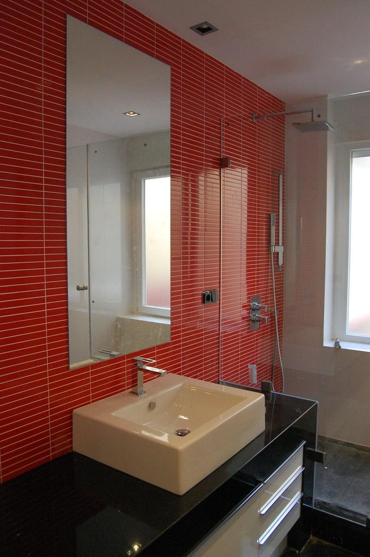 Ba o alicatado en rojo con encimera de marmol negro - Alicatado de banos ...