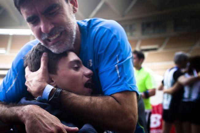 José Manuel Roás Triviño completó el domingo los 42.195 metros de la prueba del Maratón de Sevilla empujando el carrito de su hijo Pablo, enfermo de West. Compartido porSusana Ayala Lanciano y FDI…