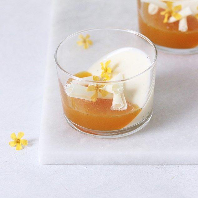 Smadderfin og festlig nytårsdessert! I glasset gemmer sig frisk, fløjlsblød kærnemælks-panna cotta, syrlig passionsfrugtgelé, hvide chokoladespåner og spiselige blomster. Jeg er, hånden på hjertet, ikke særlig pjattet med flødetung, husblasblævrende panna cotta. Til gengæld ELSKER jeg den mere cremede og lette af slagsen. Som denne kærnemælks-panna cotta, der smelter blidt i munden. Kærnemælks-panna cottaen er i selskab med syrlig passionsfrugtgelé og søde, hvide chokoladespåner. Ret perfekt…