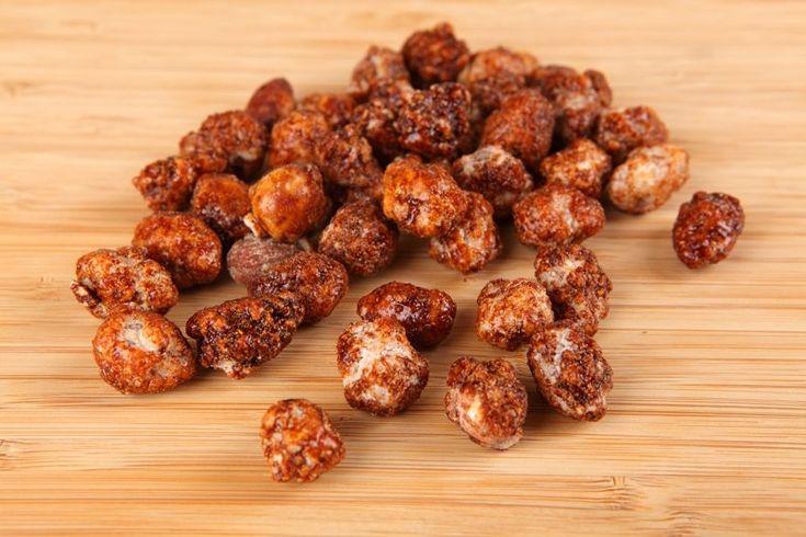 Le mandorle caramellate fatte in casa sono buonissime, perfette per decorare torte e dolci ma anche da mangiare come piccolo peccato di gola