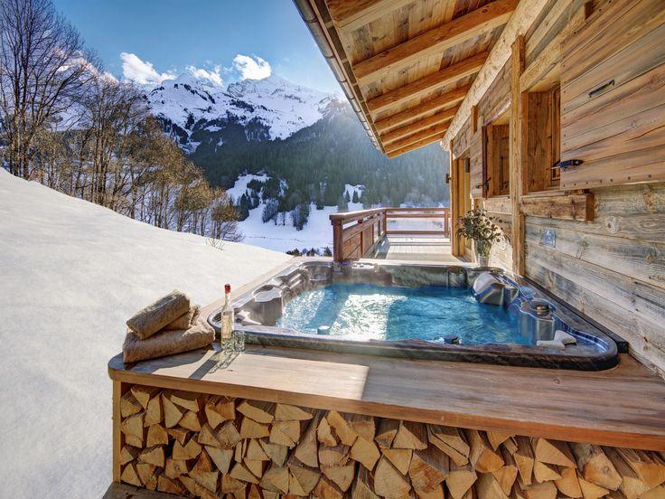 Réservez votre séjour dans ce spacieux lodge à La Clusaz. 9 personnes, 4 chambres avec salle de bains, jacuzzi, ascenseur, home cinéma, navette en hiver