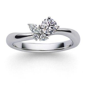 メインのダイアモンドにマーキーズとラウンドのダイアモンドを寄り添うようにあしらい。 *エンゲージリング 婚約指輪・ミキモト一覧*