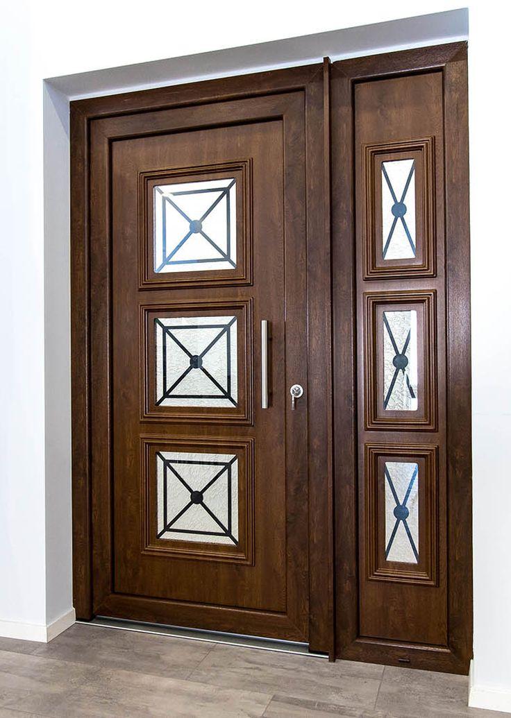Ξύλινη εξωτερική πόρτα σε κλασικό στυλ.