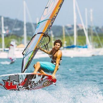 Windsurfend kunt u genieten van de spaanse water-zijde van Caracas Baai. Het Spaanse water is een binnenwater op Curaçao waar vooral de rijke inwoners van Curaçao zich hebben verzameld. Het is een prachtig binnenwater omringd door groen, grote villa's en mega jachten.