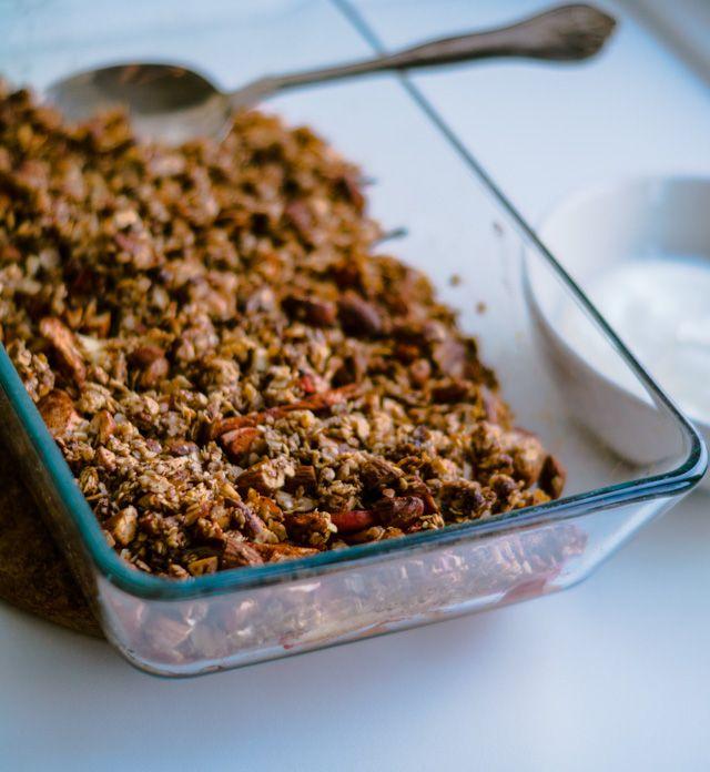 Sundere æblecrumble - bagt med søde æbler, havregryn, mandler, kokosolie, kanel og sødet med en smule honning. Glutenfri æblecrumble