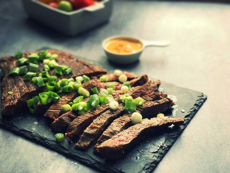 Flanksteak marineret i den lækreste marinade af soja, ingefær og hvidløg giver virkelig velsmagende og mørt kød. Prøv den lækre marinade her.